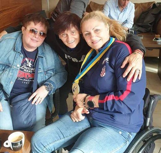Helena Dretat Karić s prijateljicama